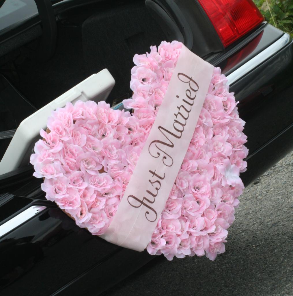 creazione unica realizzata a mano per una coppia di sposi  che riporta la scritta just married all'interno di uno splendido cuoricino rosa