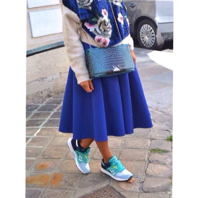 Sneakers, gonne lunghe e maglioni della nonna: sono dappertutto. #streetstyle PFW september 2014 - photo credits @dennyroid on instagram