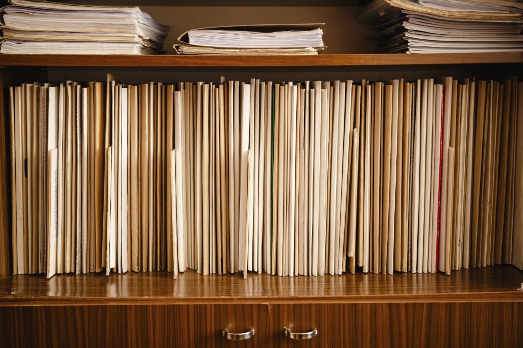 Come tenere in ordine i documenti di casa unadonna - Documenti per affittare una casa ...