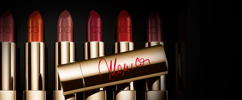 Monica Lipstick Mat by Dolce & Gabbana_Rossetto morbido e cremoso dai colori intensi e dall'alta luminosità. La formula satinata dona alle labbra un aspetto sensuale