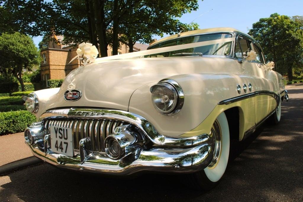elegante Cadillac color beige molto richiesta per matrimoni vintage e all'aperto