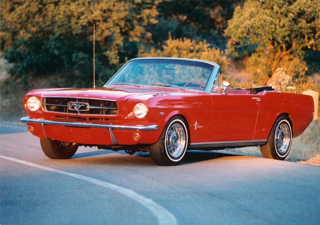 fiammante Mustang rossa cabrio ideale per una coppia giovane amante delle auto sportive/d'epoca