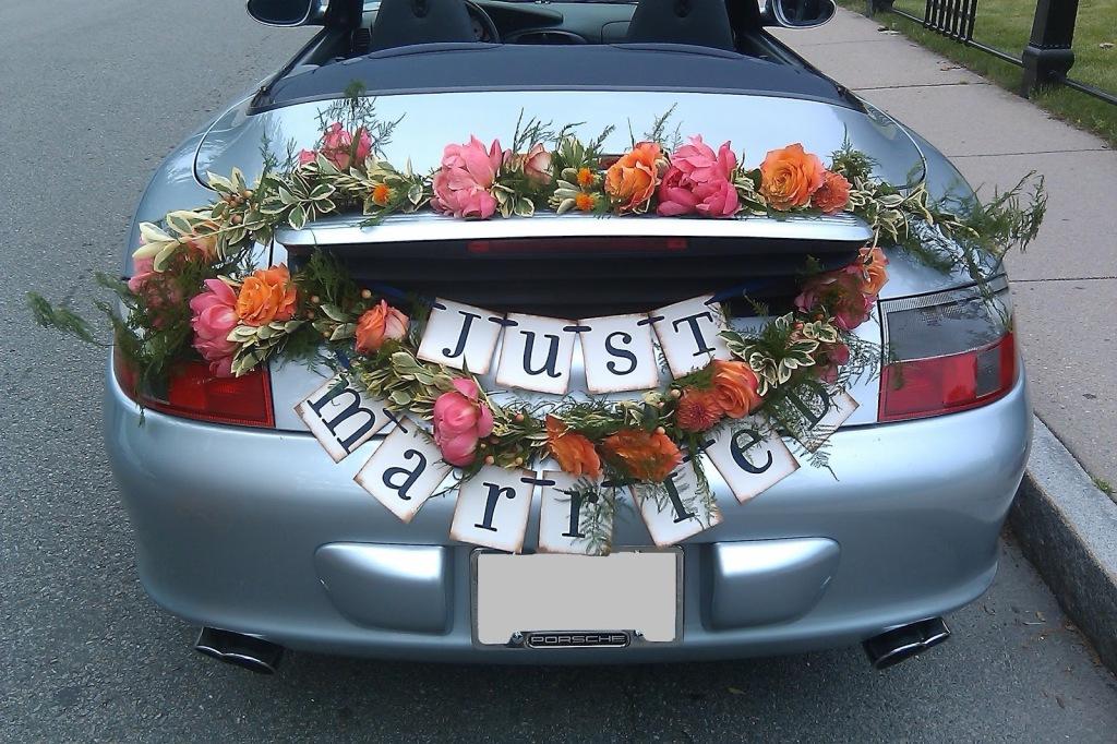 ecco un modo per decorare una macchina moderna e sportiva utilizzando la bandiera Just married
