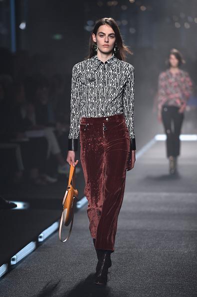 Pantalone in velluto con camicia a manica lunga a stampa