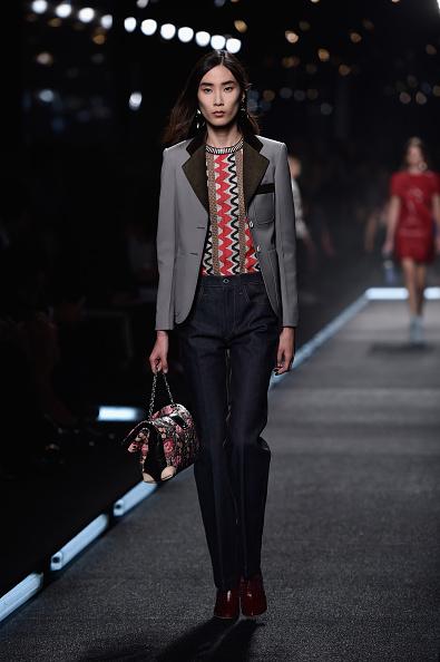 Pantaloni a vita alta con top e blazer a reverse a contrasto