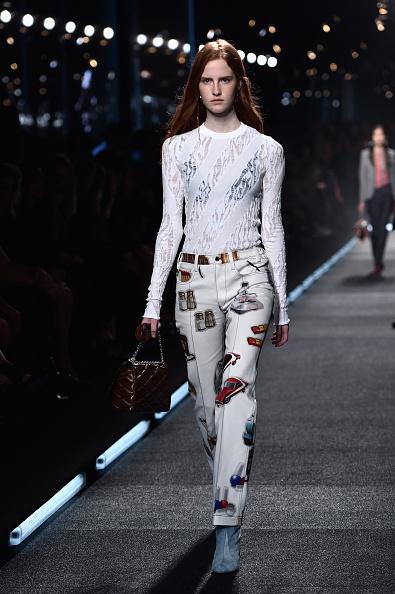 Pantaloni a stampa con top ad inserti trasparenti