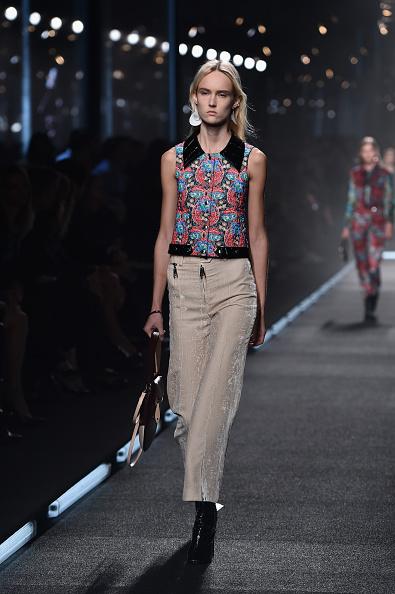 Pantaloni alla caviglia con top a stampa e colletto a contrasto