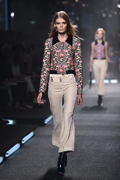Pantaloni a vita alta e a campana con camicia a manica lunga e colletto a contrasto