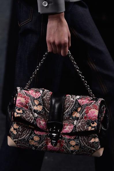 Una delle borse in sfilata: in tessuto a stampa floreale