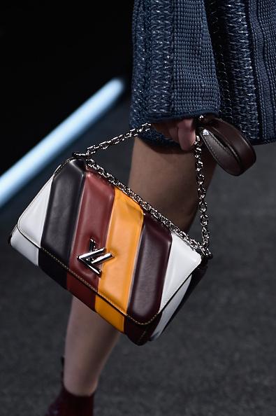 Una delle borse della sfilata: a fasce di colore, con monogramma