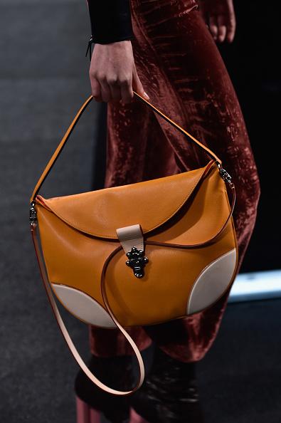Una delle borse della sfilata: a bisaccia con blocchi di colore