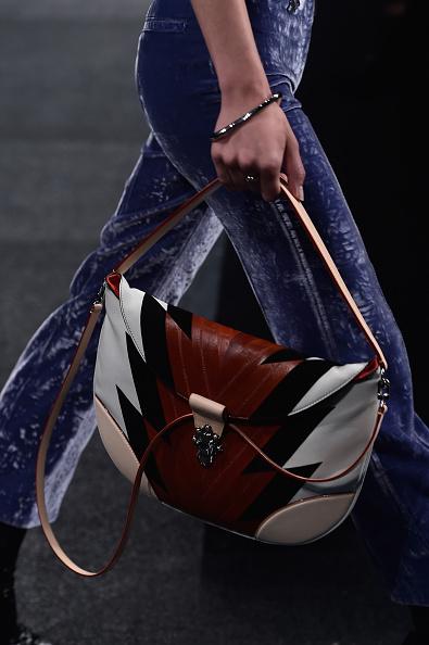 Una delle borse della sfilata: a bisaccia con fulmini di colore