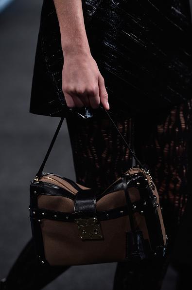Una delle borse della sfilata: squadrata con bordi a contrasto