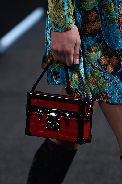 Una delle borse della sfilata: a bauletto con bordi a contrasto