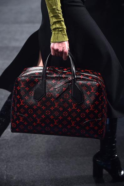 Una delle borse della sfilata: da viaggio trama col monogramma in rosso