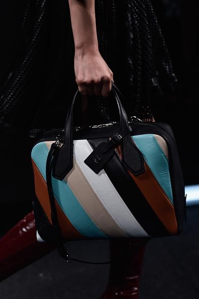 Una delle borse della sfilata: a fasce di colore