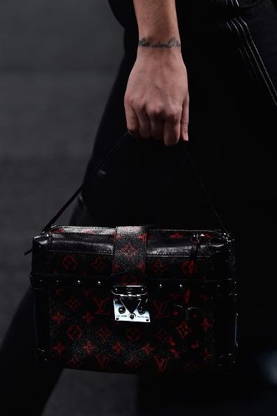 Una delle borse della sfilata: modello da viaggio, trama col monogramma in rosso