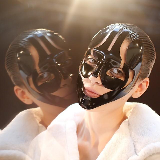 Una delle inquietanti maschere della sfilata McQueen SS 2015 - photo credits  @worldmcqueen on instagram