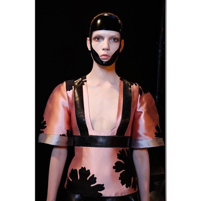 Seta, maniche che ricordano il kimono, fiori e pelle nera - McQueen SS 2015 - photo credits  @worldmcqueen on instagram