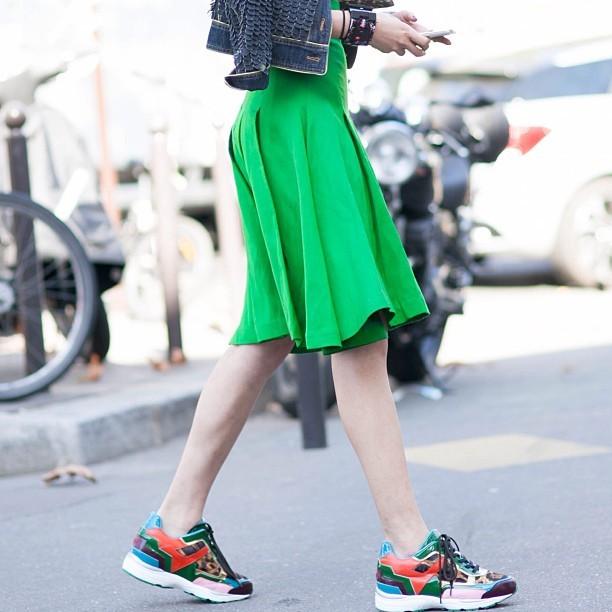 Sneakers e trainer coloratissime: uno degli ultimi tormentoni fashion. #streetstyle PFW september 2014 - photo credits @pero_k on instagram