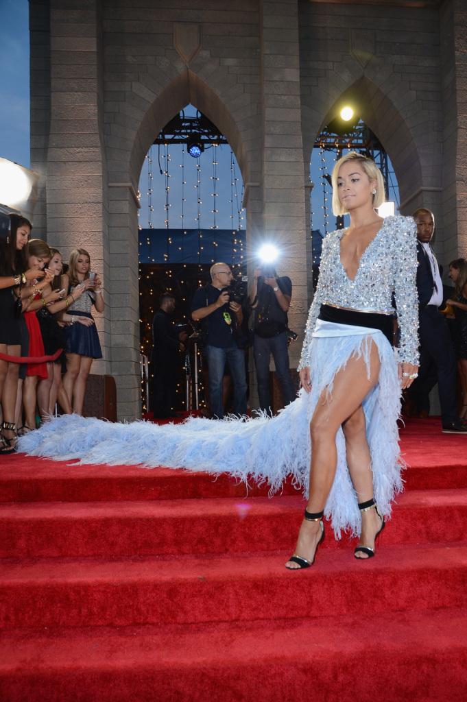 Il mondo è il suo palcoscenico: Rita Ora in Louboutin