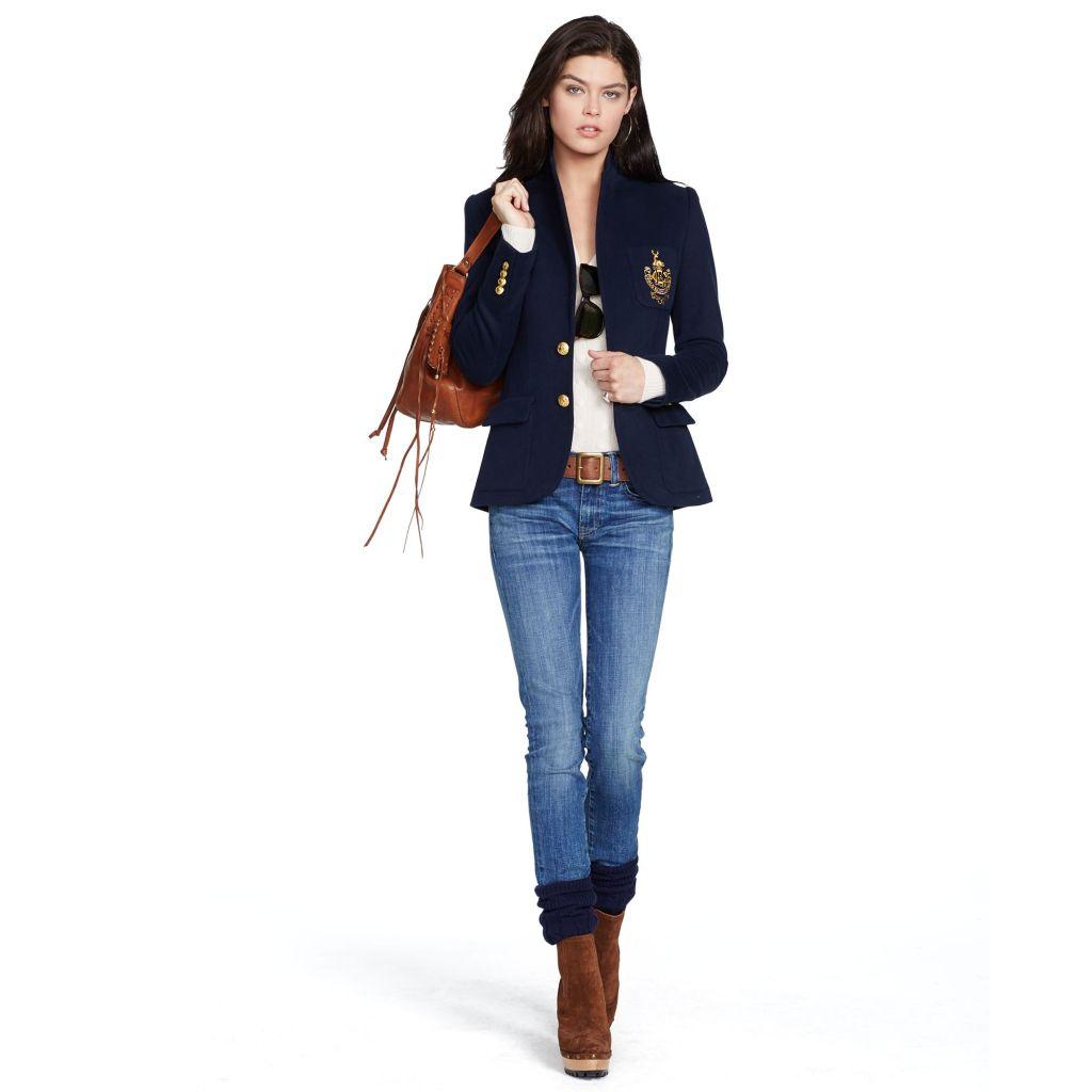 Amore a prima vista per il blazer felpato ultra-morbido: silhouette attillata, due bottoni e dettagli gold