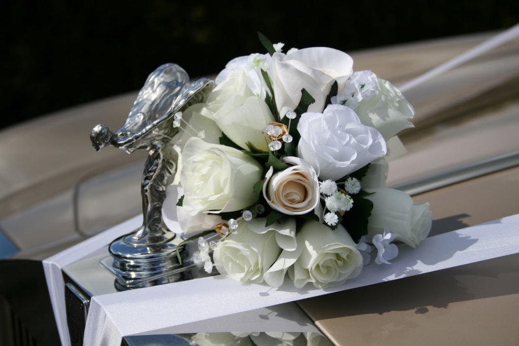 lussuosa decorazione per matrimonio con rose e punti luci per la Rolls Royce
