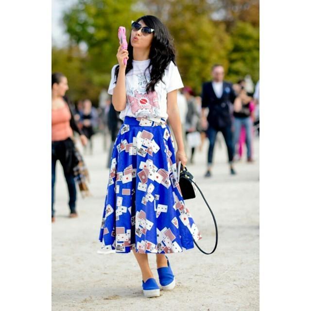 Gonna stampata, scarpe slipon, custodia iPhone dalla collezione Moschino sfilata a Milano: essere sul pezzo. #streetstyle PFW september 2014 - photo credits @showbitcom on instagram