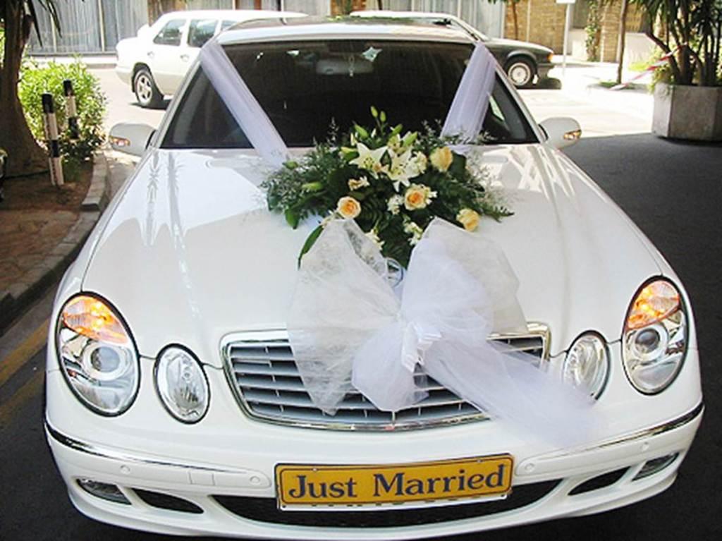 classico esempio di decorazione per matrimonio di un'auto moderna