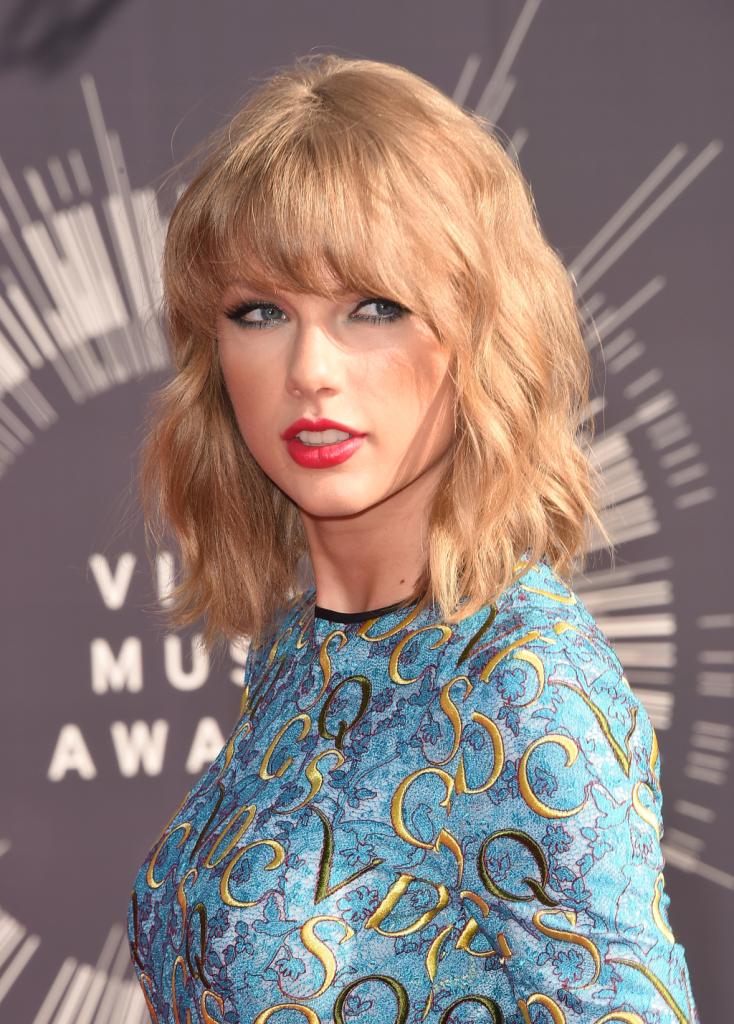 Al passo con i trend è Taylor Swift che sfoggia un wob con frangia ondulato