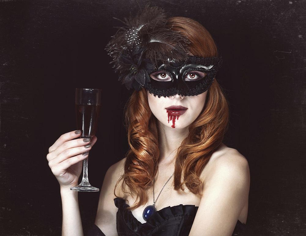 Affascinante, sexy e sempre di moda. Realizza un perfetto costume da Vampira e ammalia le tue vittime nella notte di Halloween.