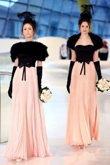 abito da-sposa-in-nero-e-rosa con una lunga gonna plissettatta e un giacchino nero