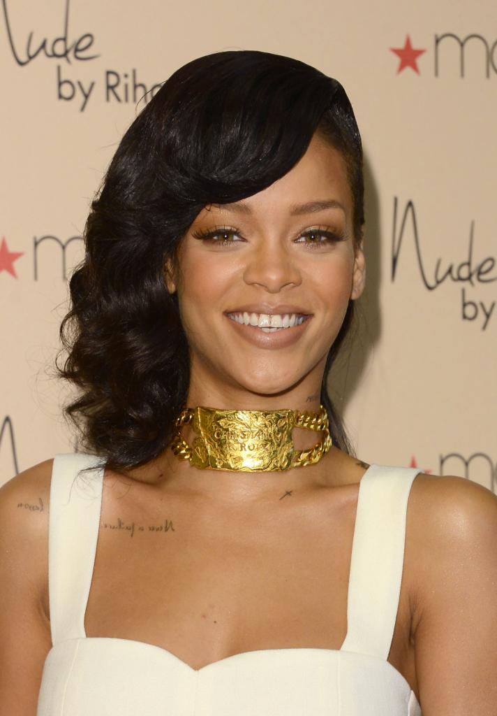 Il make up gold di Rihanna è caldo e sensuale...