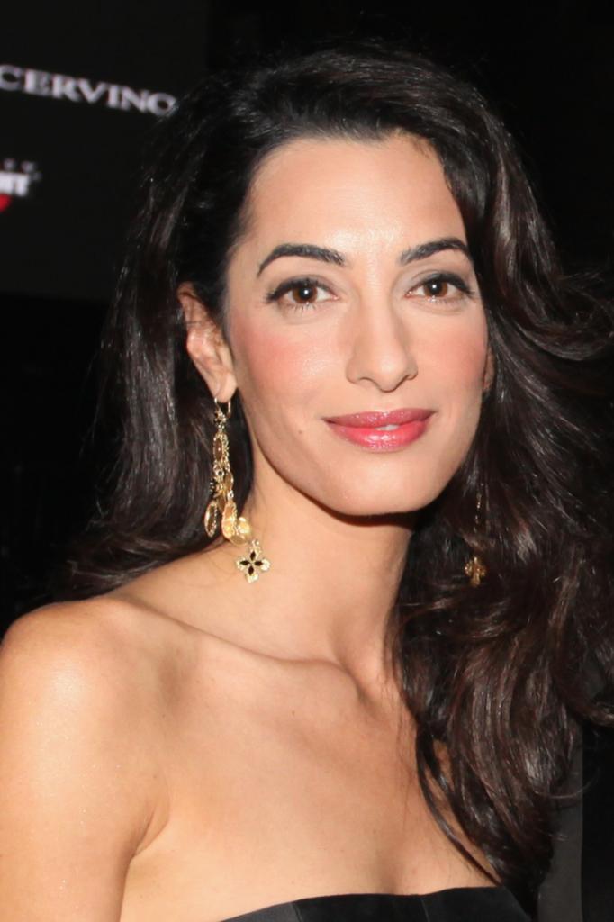 La moglie di George Clooney, Amal Alamuddin, sfoggia splendidi capelli corvini