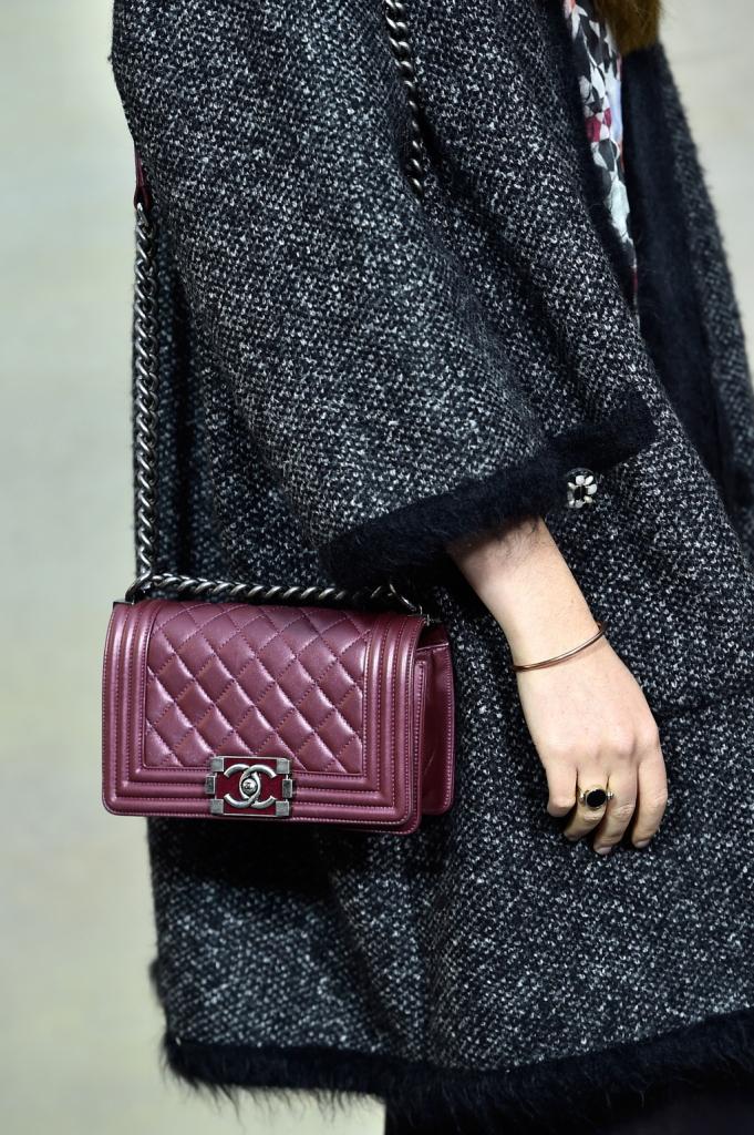 Borsetta Chanel color bordeaux abbinata a soprabito grigio scuro