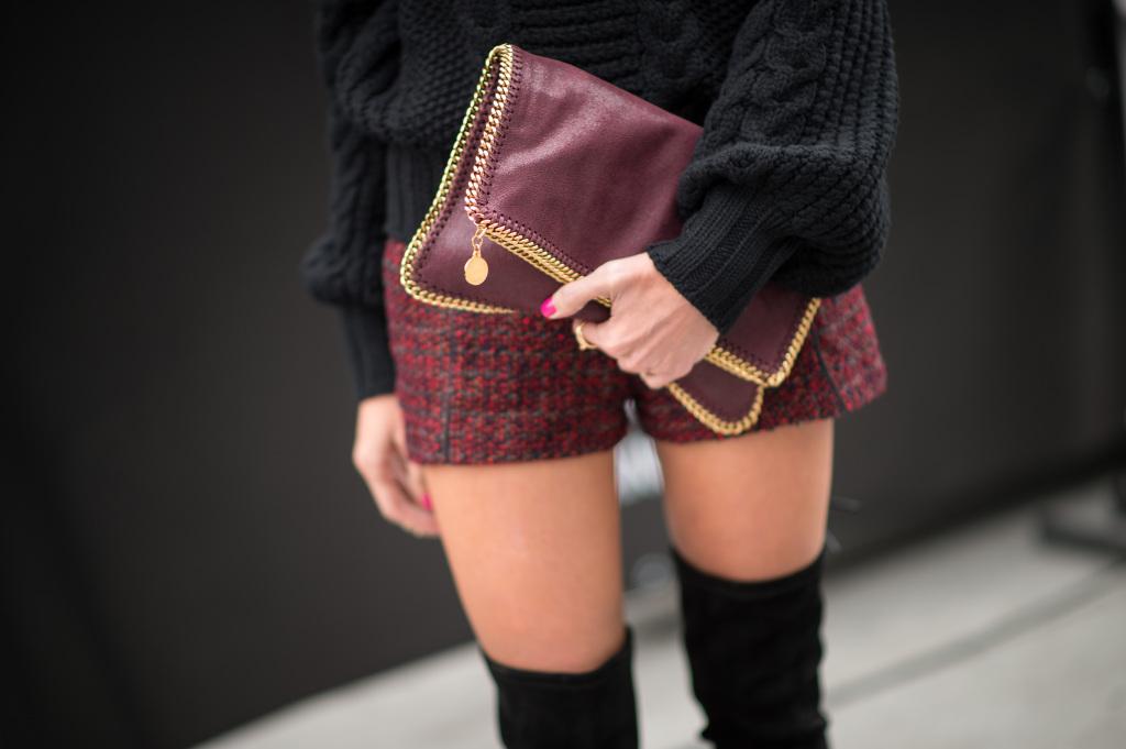 Shorts bordeaux in pendant con borsa, il bordeaux è perfetto se abbinato al nero o al blu notte