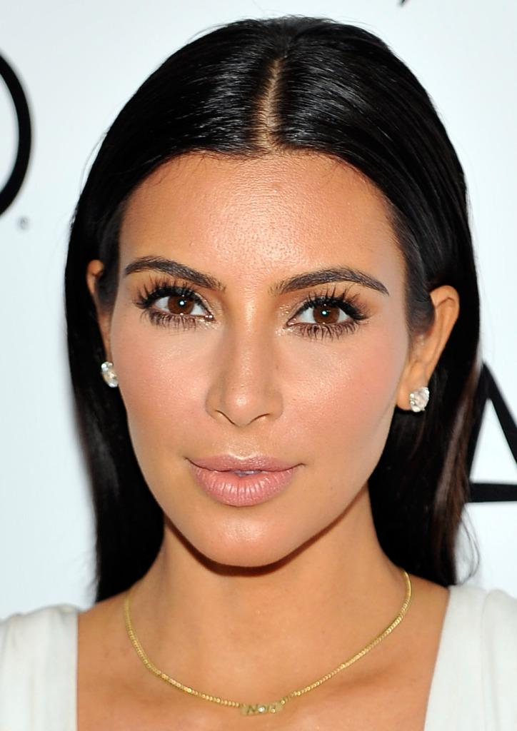L'esplosiva bellezza di Kim Kardashian, attrice dai capelli neri e dalla pelle ambrata