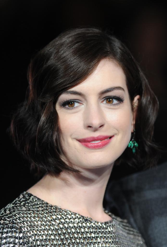 Dopo una breve parentesi biondo platino, Anne Hathaway è tornata al nero, che le dona tantissimo