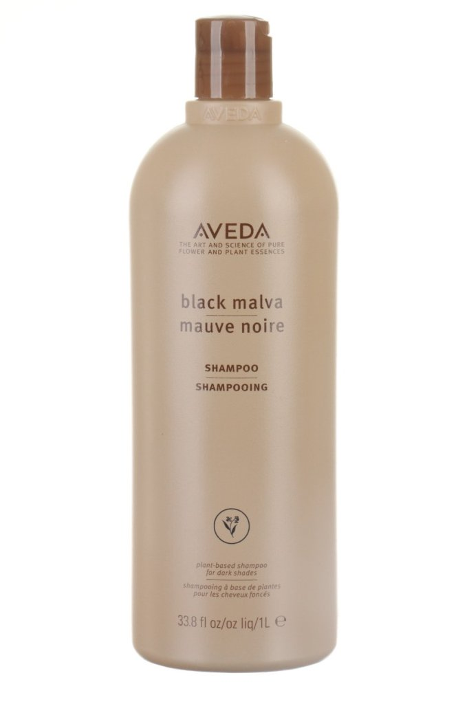 Lo shampo Aveda Black Malva a base di aloe biologica, malva e tè neri ravviva il colore naturale dei capelli