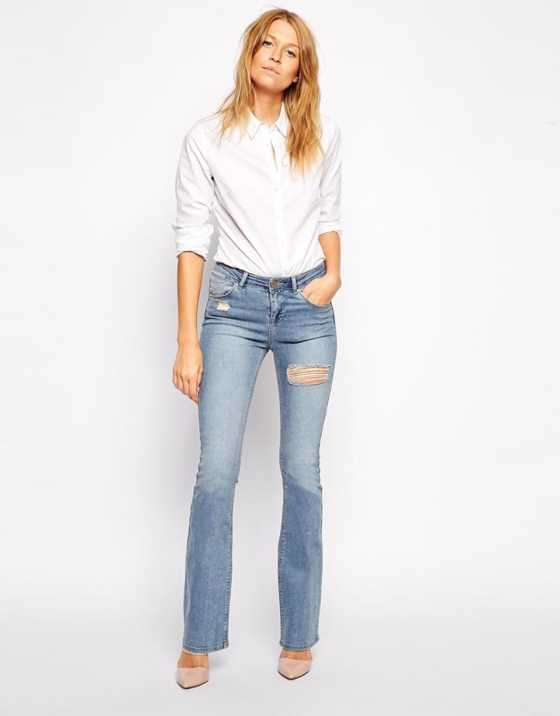 Mood ribelle per i jeans lievemente svasati e dal colore chiaro firmati Asos