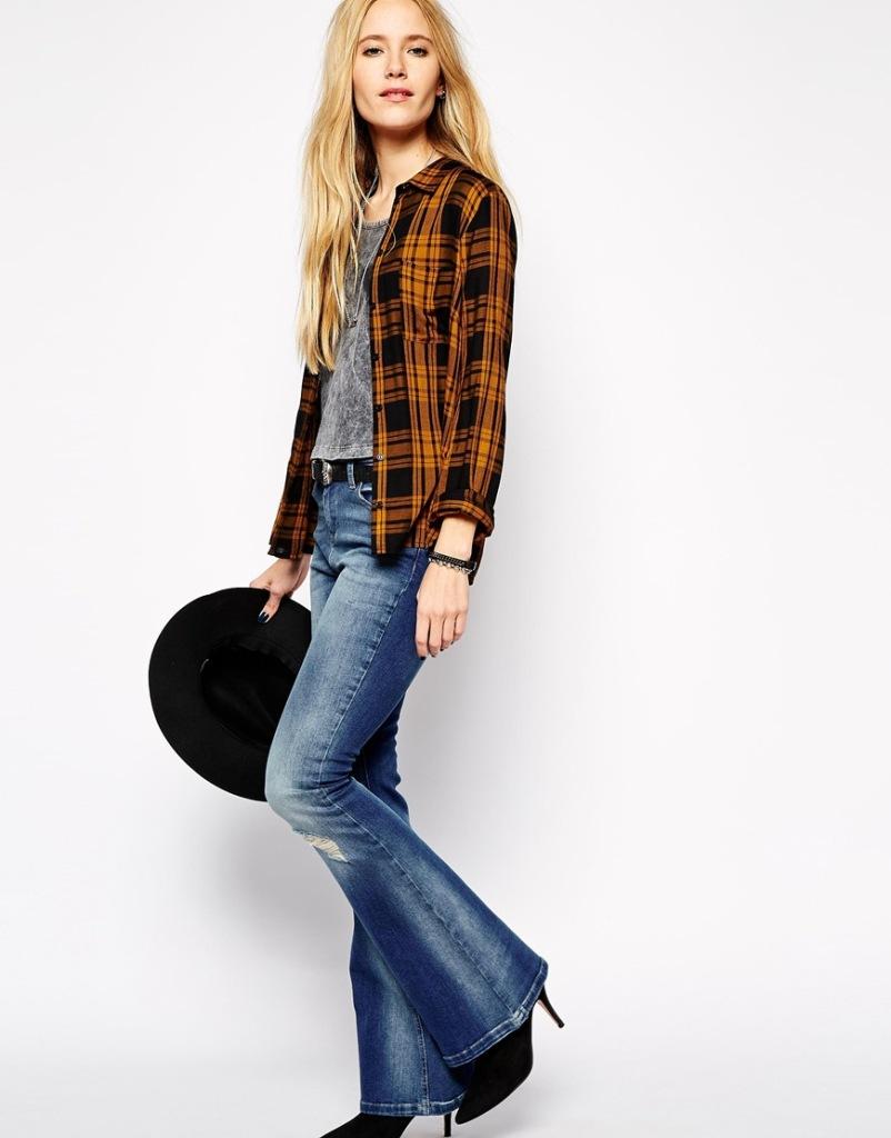 Un paio di jeans a zampa firmati Northmore denim, ideali con un look vagamente grunge