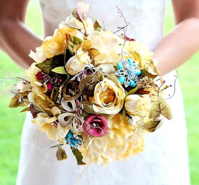 Colorato e preziosio il bouquet proposto da NatalieKlestov, via etsy.