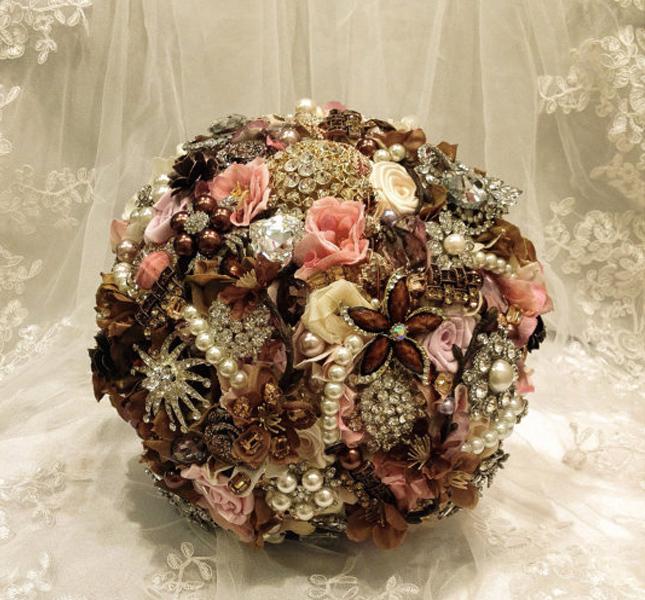 NatalieKlestov propone una versione del bouquet gioiello in tonalità delicate. Via Etsy.