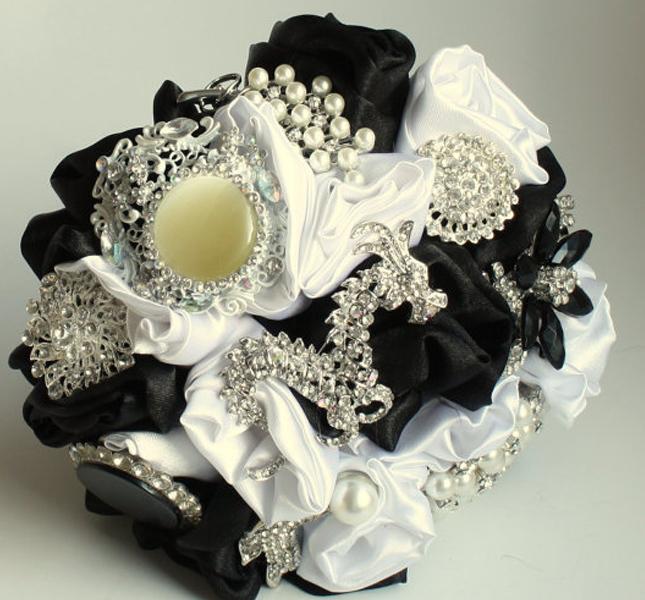 Bianco e nero per nozze chic. Si declina anche nella proposta del bouquet! Di Florio Design, via Esty.