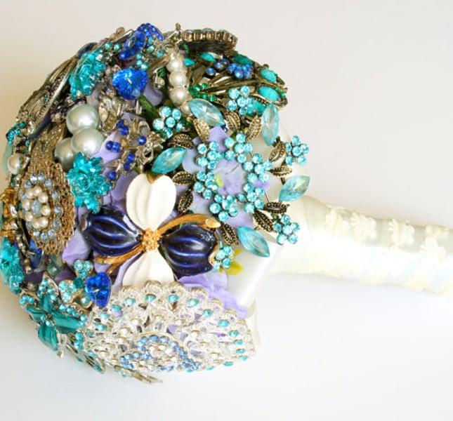 Spille, perle e chi più ne ha più ne metta, per il bouquet di Florio Design, via Esty.