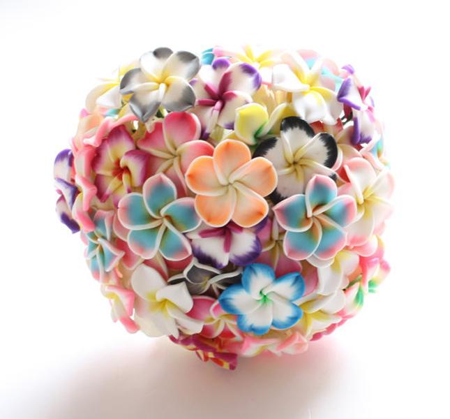 Alternativo il bouquet, fatto di fiori di pasta polimerica. Colorato e inusuale. Di Florio Design, via Esty.