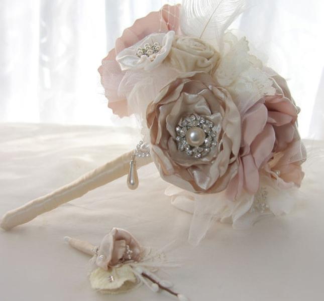 GracefullyGirly propone questo delicato bouquet di fiori in stoffa e spille preziose. Via Etsy.