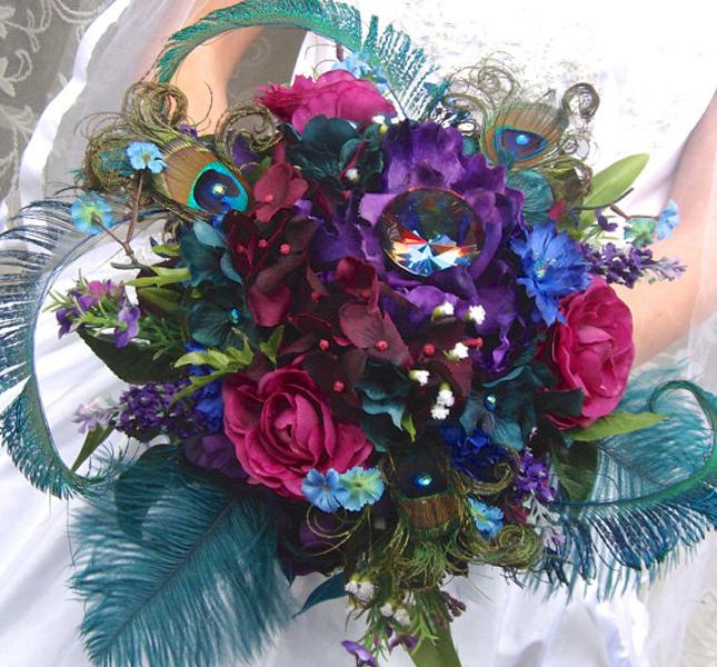 Viola, verde e fucsia per questo bouquet gioiello di Ivyndell, via Etsy.