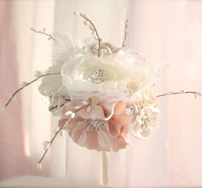 GracefullyGirly propone questo delicatissimo e leggero bouquet di fiori di stoffa e pietre. Via Etsy.