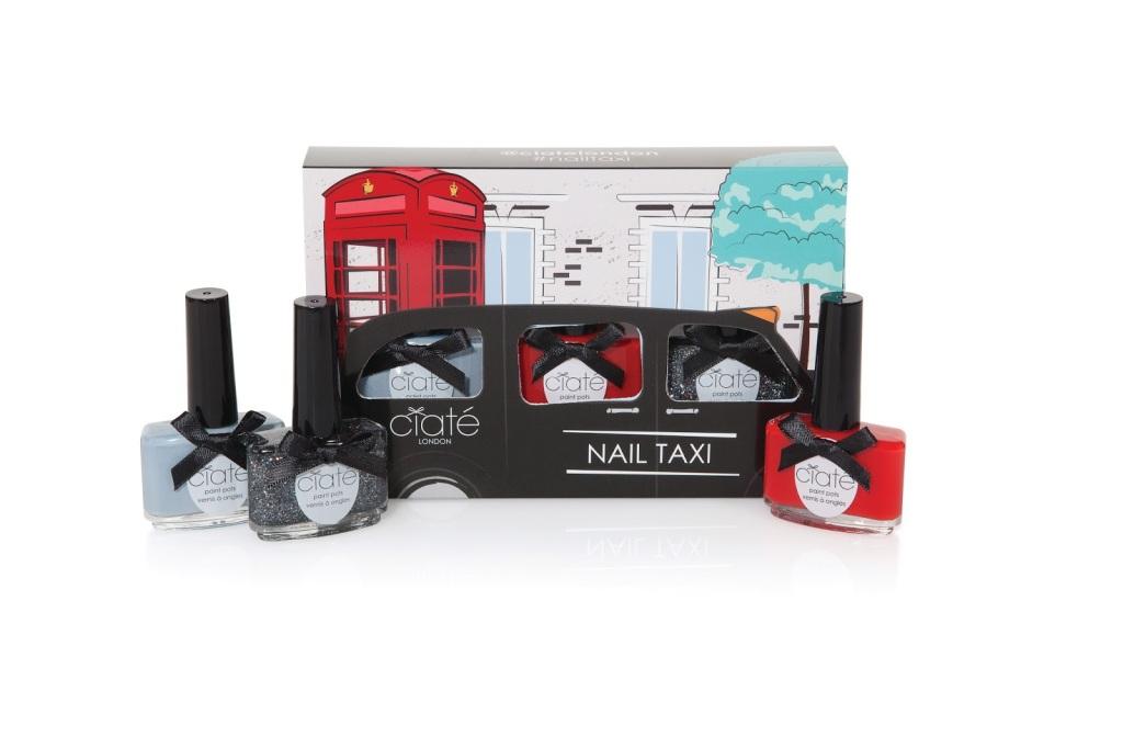 Il Nail taxi kit contiene 3 Paint Pots di Ciaté: un rooso fuoco opaco , un grigio e uno smalto scintillante per la notte più in dell'anno! Prezzo: 24, 50 euro.